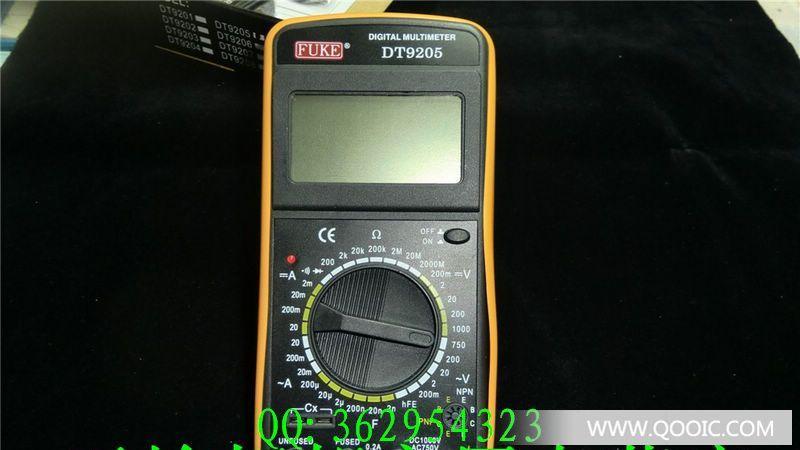 DT9205数字万用表是一种操作方便,读数精确,功能齐全,体积小巧,携带方便,使用电池作电源的手持式大屏幕液晶显示万用表,DT9205为三位半数字万用表,该表可用来测量直流电压/电流,交流电压/电流,电阻,电容,逻辑电平测试,二极管测试,晶体三极管HFE测量及电路通断等。可供工程设计,实验室,生产试验,工场事务,野外作业和工业维修等使用。 特点:COMS集成电路,双积分原理A/D转换,自动校零,自动极性选择,超量程指示。 液晶显示屏幕采用高反差70×40毫米大屏幕,字高达25毫米,按观察位置