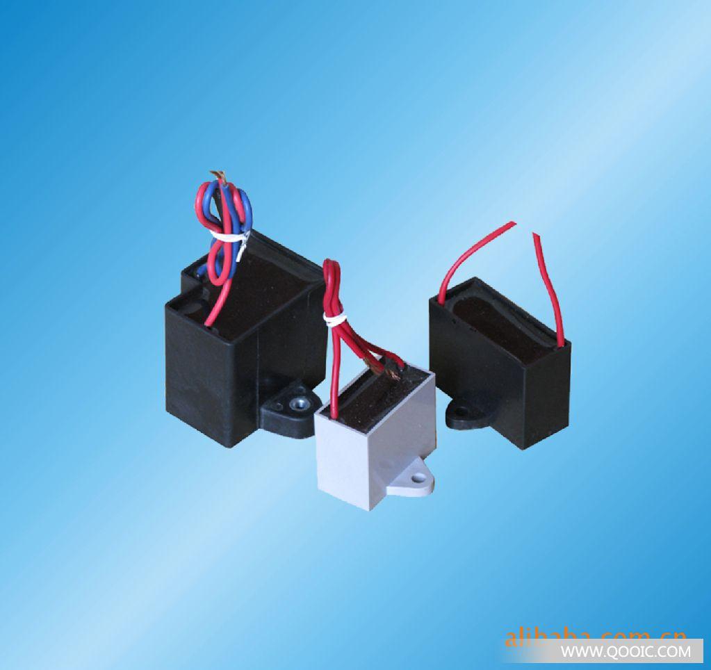 产品名称:CBB61型交流电动机电容器特点·采用锌铝边缘加厚聚丙烯薄膜或网状安全膜为介质,阻燃环氧树脂灌封和阻燃方型ABS塑壳封装(或PBT或PP)。具有体积小,电气性能稳定,安全可靠,寿命较长等特点。用途·广泛用于空调风机、电风扇、排风扇等频率为50Hz/60Hz交流电源供电功率相对较小的单相电机启动和运行。技术规范·执行标准:GB3667-2005&middot